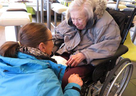Chatarina, undersköterska, och Ingrid, hyresgäst på Lugnets äldreboende mellan lunchbesök på hamburgerrestaurang och julhandling på Rusta.
