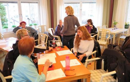 Bensträckare på Lugnets äldreboende i Nykvarn, där hemtjänstpersonalen samlats för att lära mer om palliativt förhållningssätt.